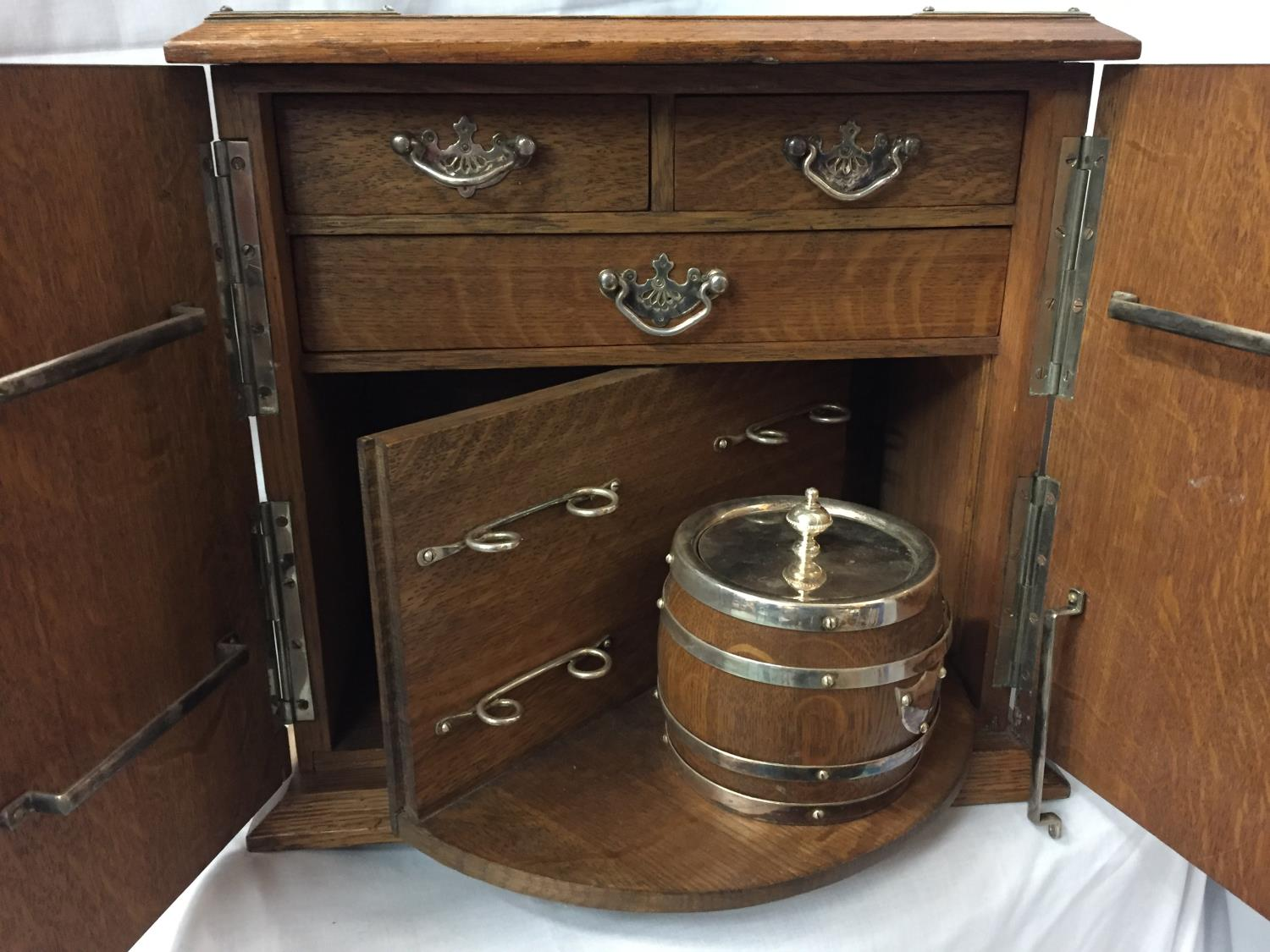 AN EDWARDIAN OAK SMOKING ROOM COMPENDIUM DATED 1921 HEIGHT 32CM - Image 3 of 4
