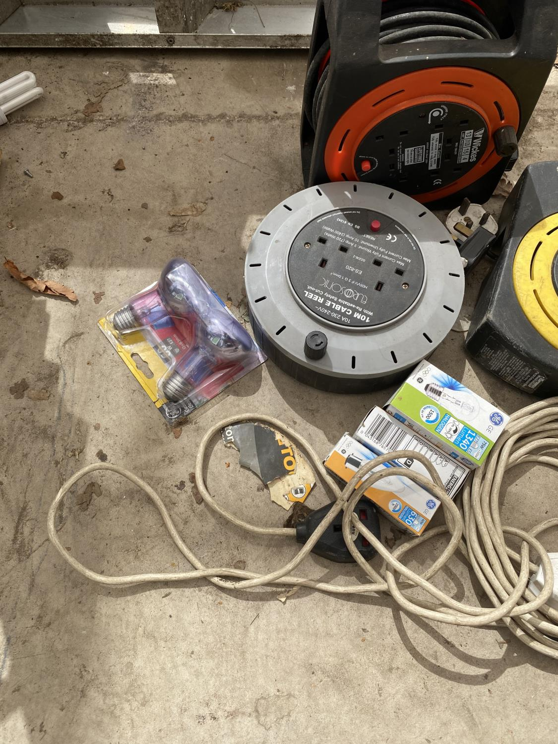 AN ASSORTMENT OF EXTENSION LEADS AND LIGHT BULBS ETC - Image 2 of 3