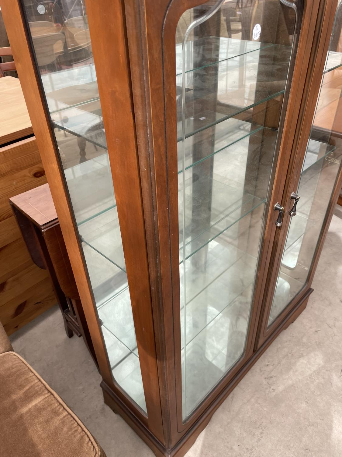 """A MODERN TWO DOOR DISPLAY CABINET, 32"""" WIDE - Image 3 of 4"""