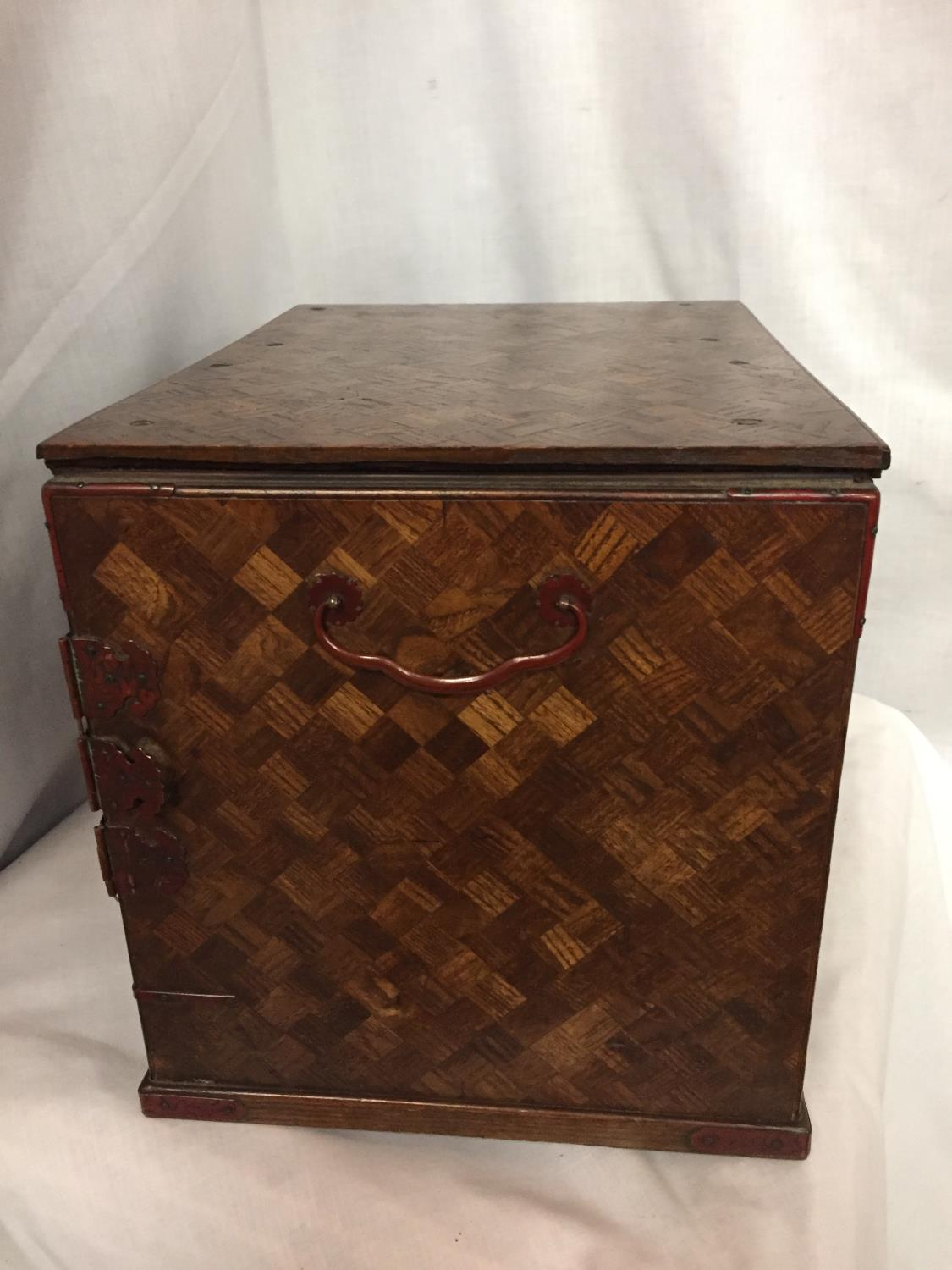 A MINATURE PARQUE WOODEN CHEST WITH DRAWERS 32CM X 26CM - Image 6 of 6