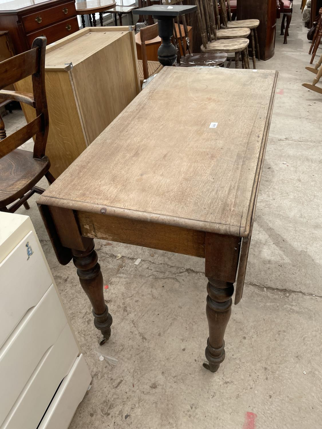 A VICTORIAN MAHOGANY PEMBROKE TABLE ON TURNED LEGS - Image 4 of 4