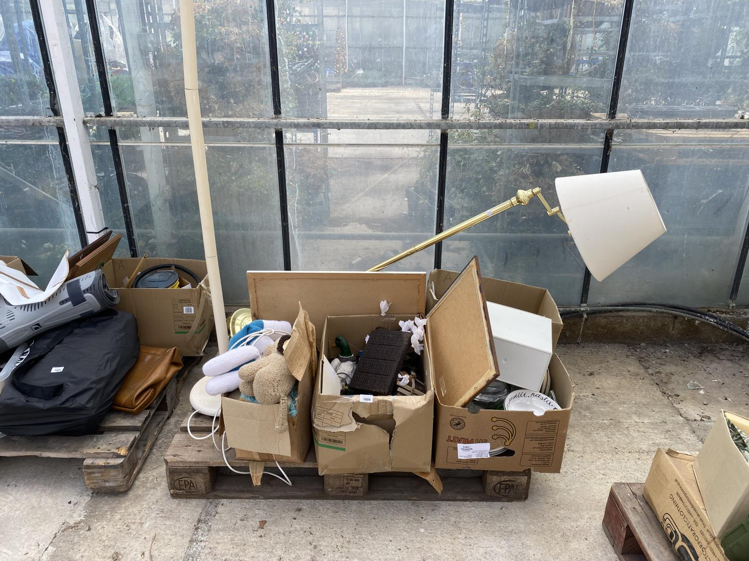 AN ASSORTMENT OF HOUSEHOLD CLEARANCE ITEMS TO INCLUDE LAMPS, A RADIO AND CERAMIC WARE ETC