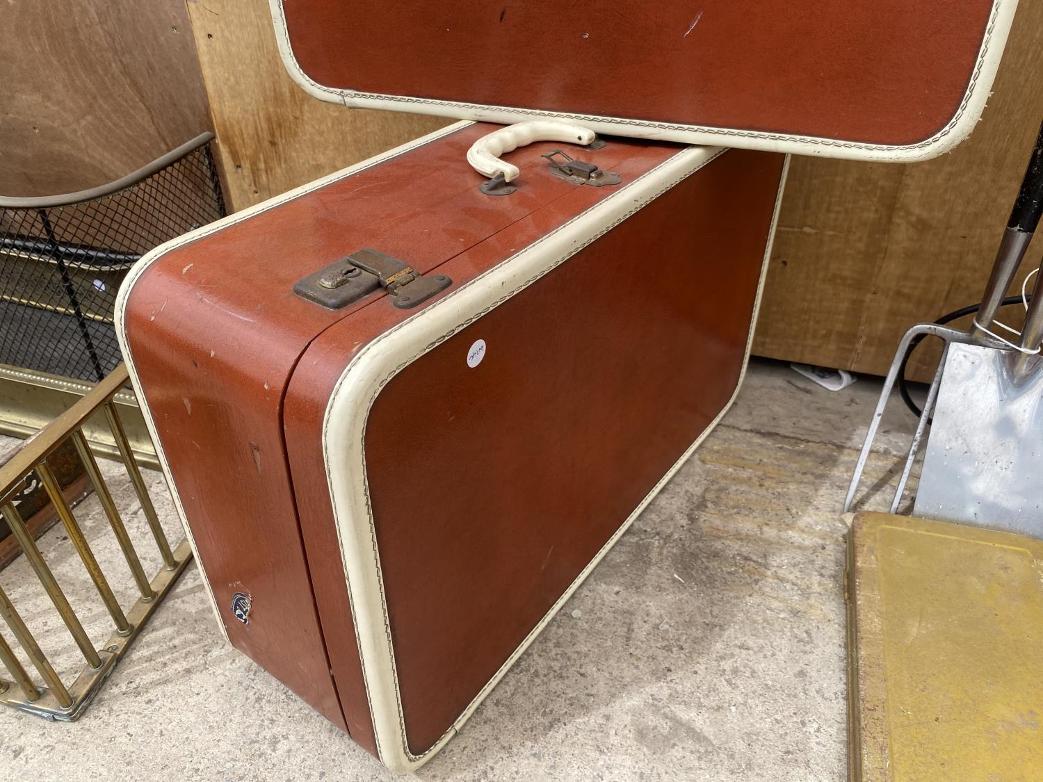 A PAIR OF VINTAGE LEATHER TRAVEL CASES - Image 3 of 4