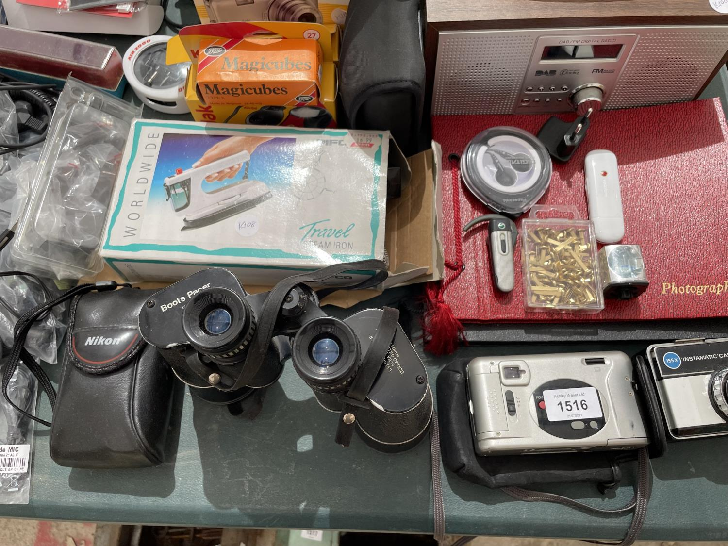 AN ASSORTMENT OF ITEMS TO INCLUDE A DAB RADIO, CAMERAS AND BINOCULARS ETC - Image 5 of 8