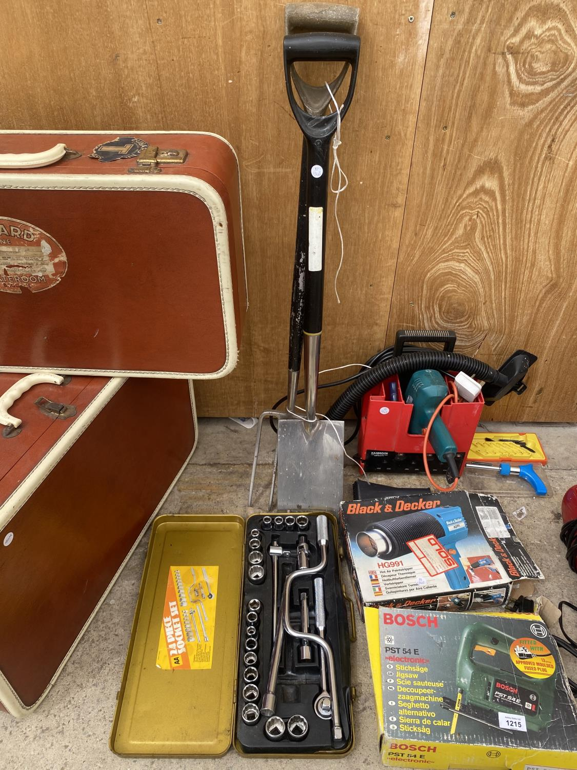 AN ASSORTMENT OF TOOLS TO INCLUDE A HEAT GUN, JIGSAW AND A SPADE AND FORK ETC - Image 5 of 5