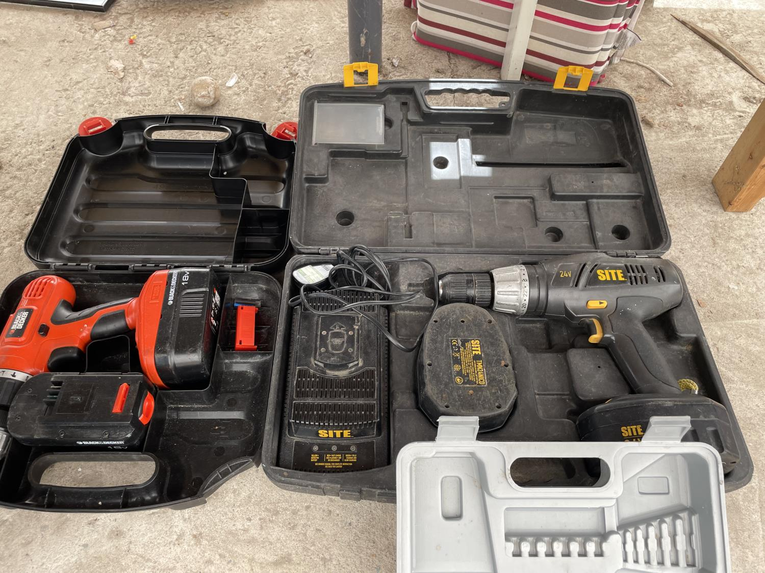 AN ASSORTMENT OF CORDLESS DRILLS - Image 6 of 8