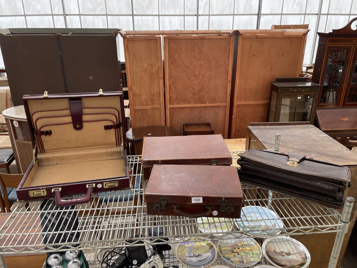 AN ASSORTMENT OF VINTAGE LEATHER TRAVEL CASES