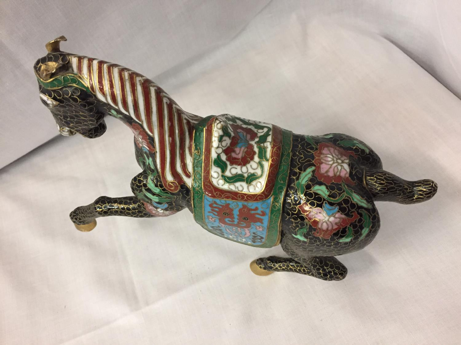 A CHINESE BRONZE CLOISONNE ENAMEL AND GILT HORSE - Image 4 of 4