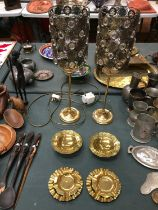 A SELECTION OF BRASS ITEMS TO INCLUDE TABLE LAMPS.