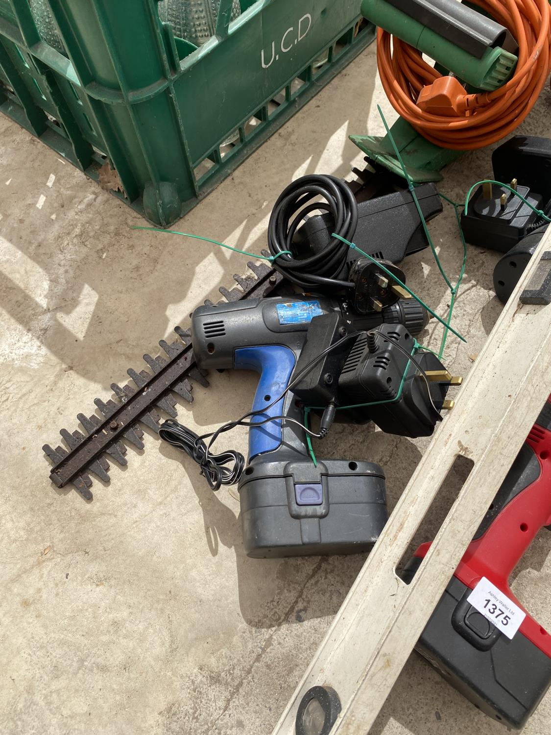 AN ASSORTMENT OF TOOLS TO INCLUDE BATTERY DRILLS, AN ELECTRIC HEDGE TRIMMER AND A FUEL CAN ETC - Image 3 of 4