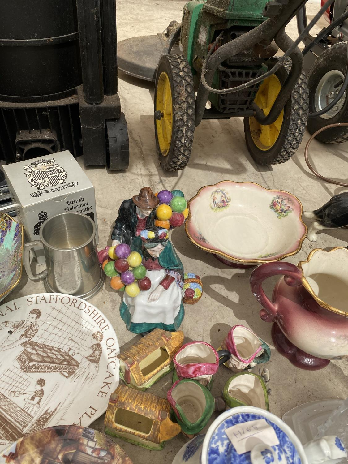 AN ASSORTMENT OF CERAMICS TO INCLUDE BLUE AND WHITE WARE, ANIMAL FIGURES AND JUGS ETC - Image 3 of 5