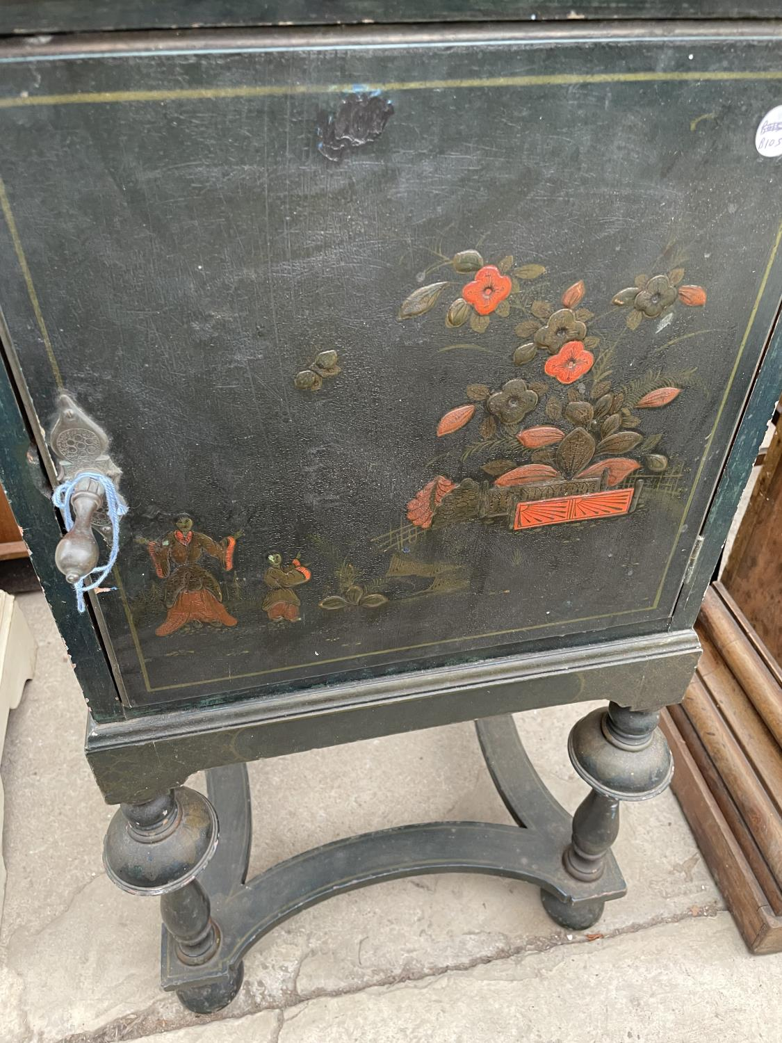 A 20TH CENTURY CHINOISERIE BEDSIDE CABINET ON OPEN BASE, WITH TURNED LEGS - Image 4 of 7