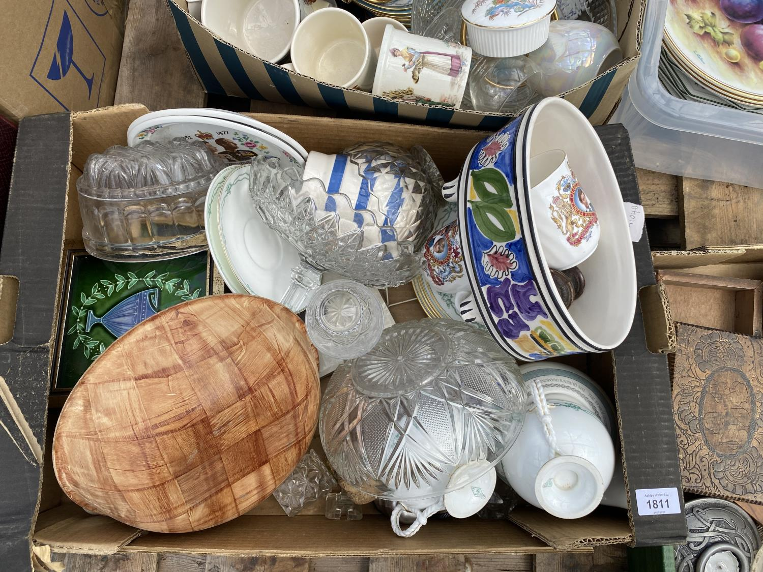 AN ASSORTMENT OF HOUSEHOLD CLEARANCE ITEMS TO INCLUDE CERAMICS, TREEN ITEMS AND GLASS WARE ETC - Image 4 of 6