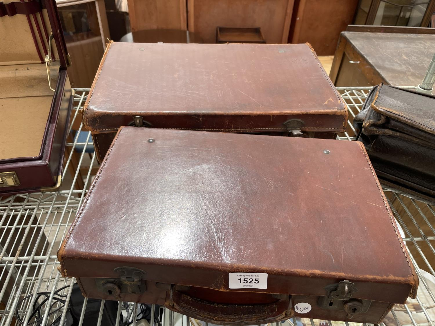 AN ASSORTMENT OF VINTAGE LEATHER TRAVEL CASES - Image 5 of 6