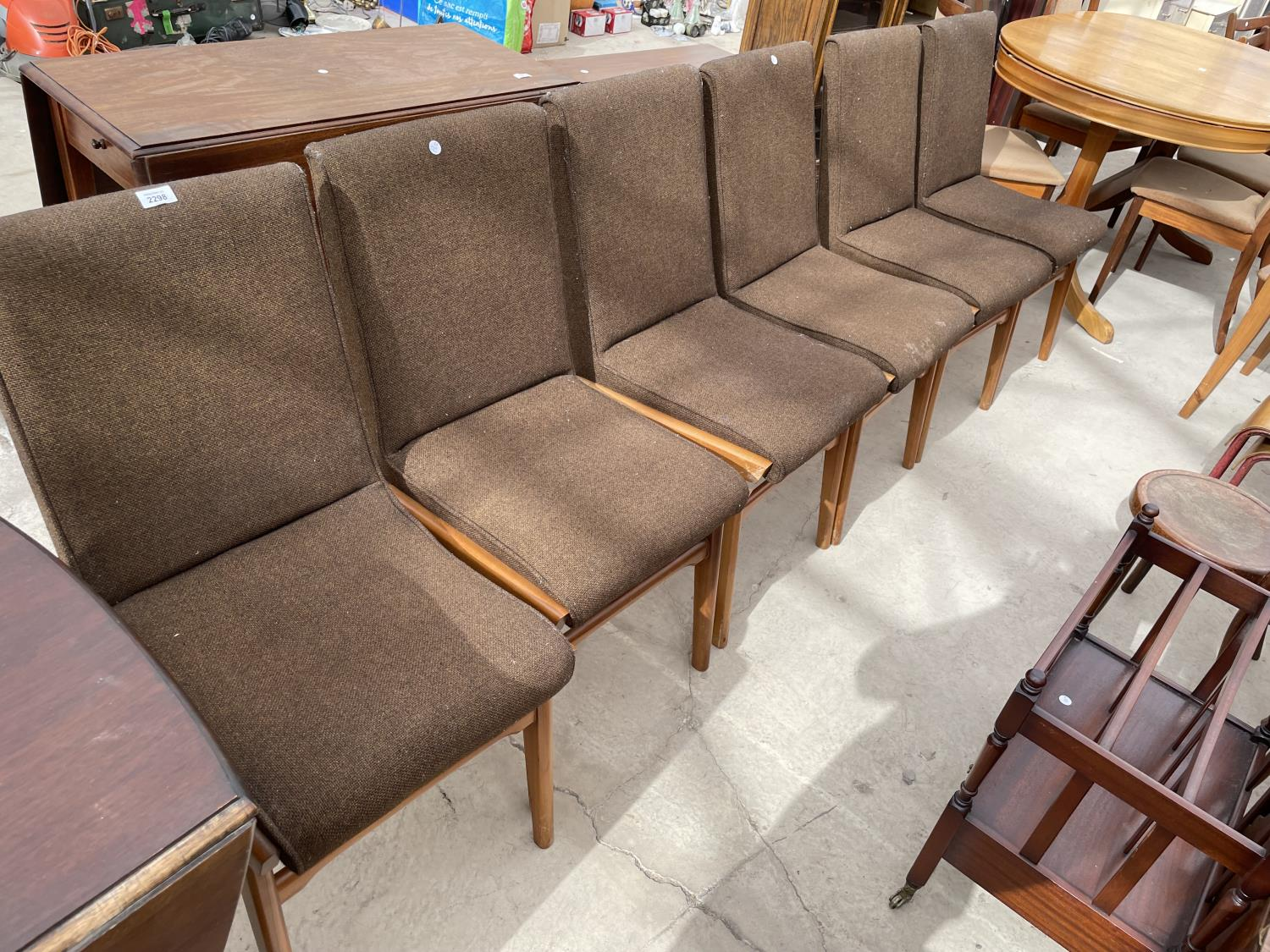 A SET OF SIX RETRO DINING CHAIRS WITH UPHOLSTERED BACKS AND SEATS