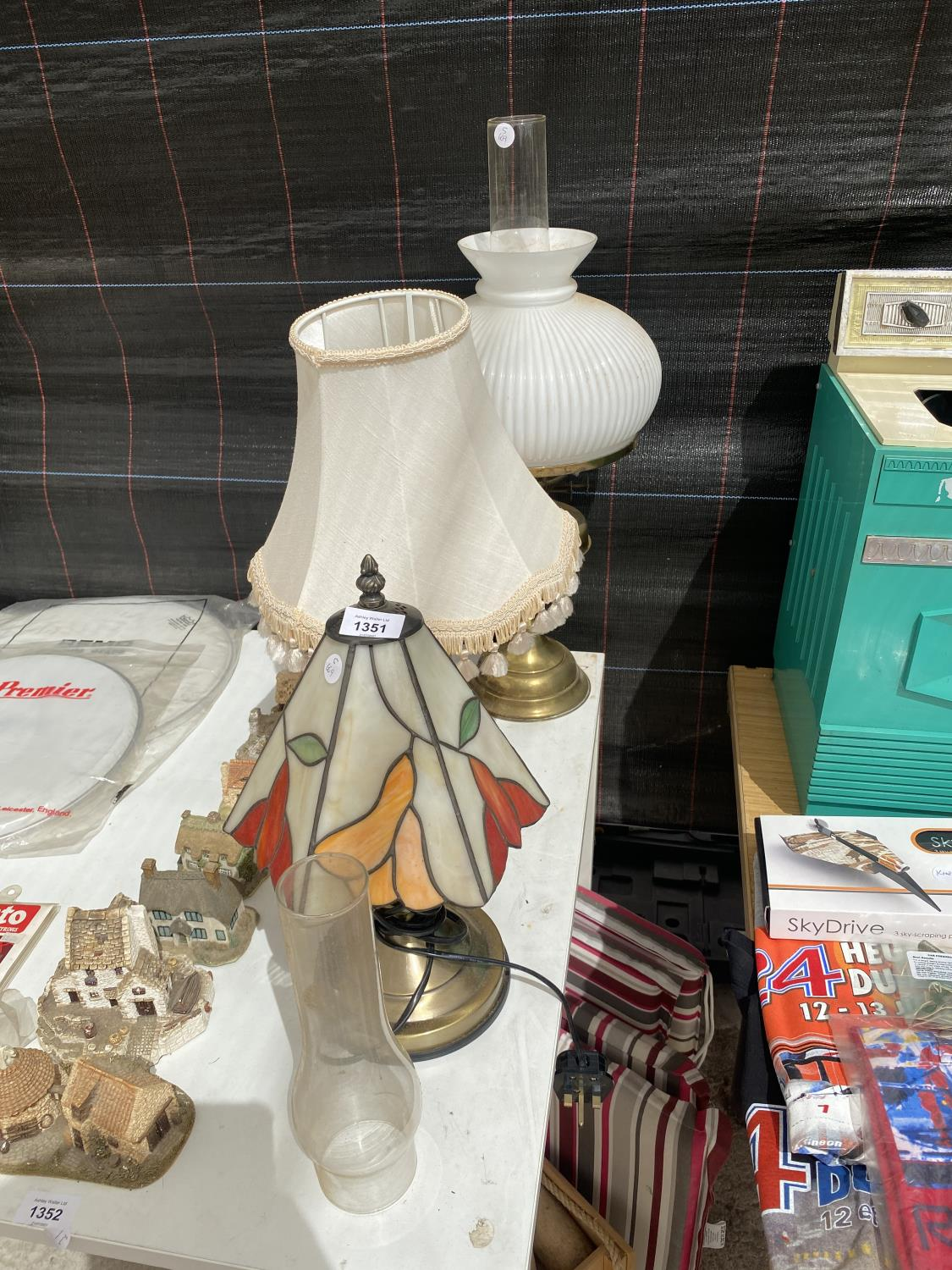AN ASSORTMENT OF TABLE LAMPS TO INCLUDE A TIFFANY STYLE LAMP AND AN OIL LAMP ETC