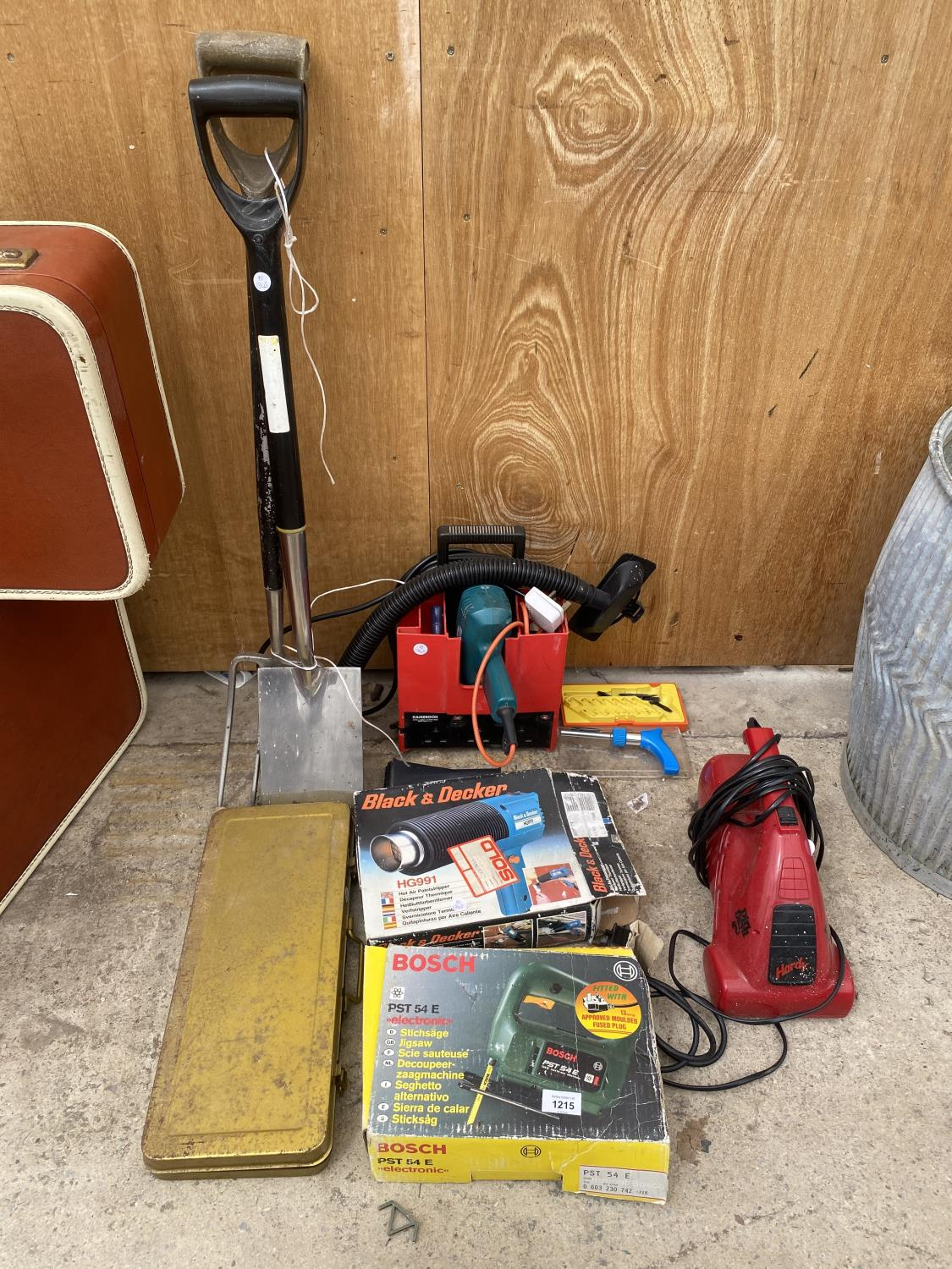 AN ASSORTMENT OF TOOLS TO INCLUDE A HEAT GUN, JIGSAW AND A SPADE AND FORK ETC