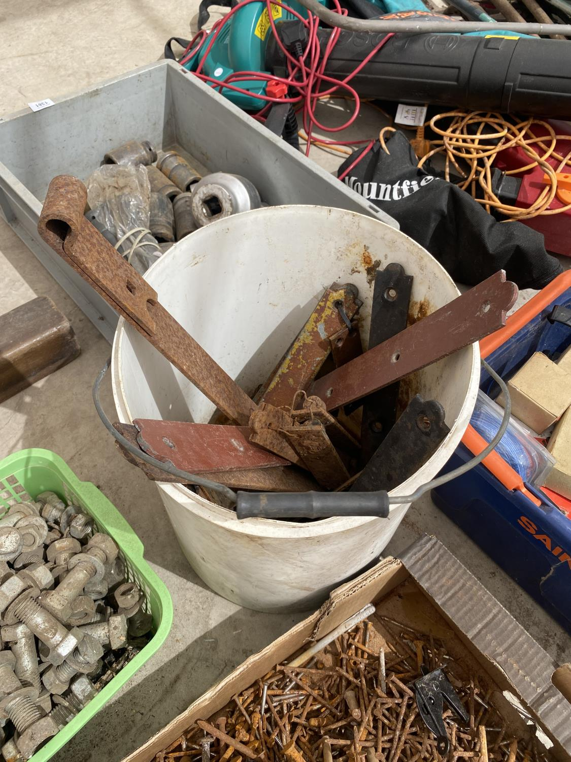 AN ASSORTMENT OF HARDWARE TO INCLUDE NAILS AND NUTS AND BOLTS ETC - Image 5 of 5