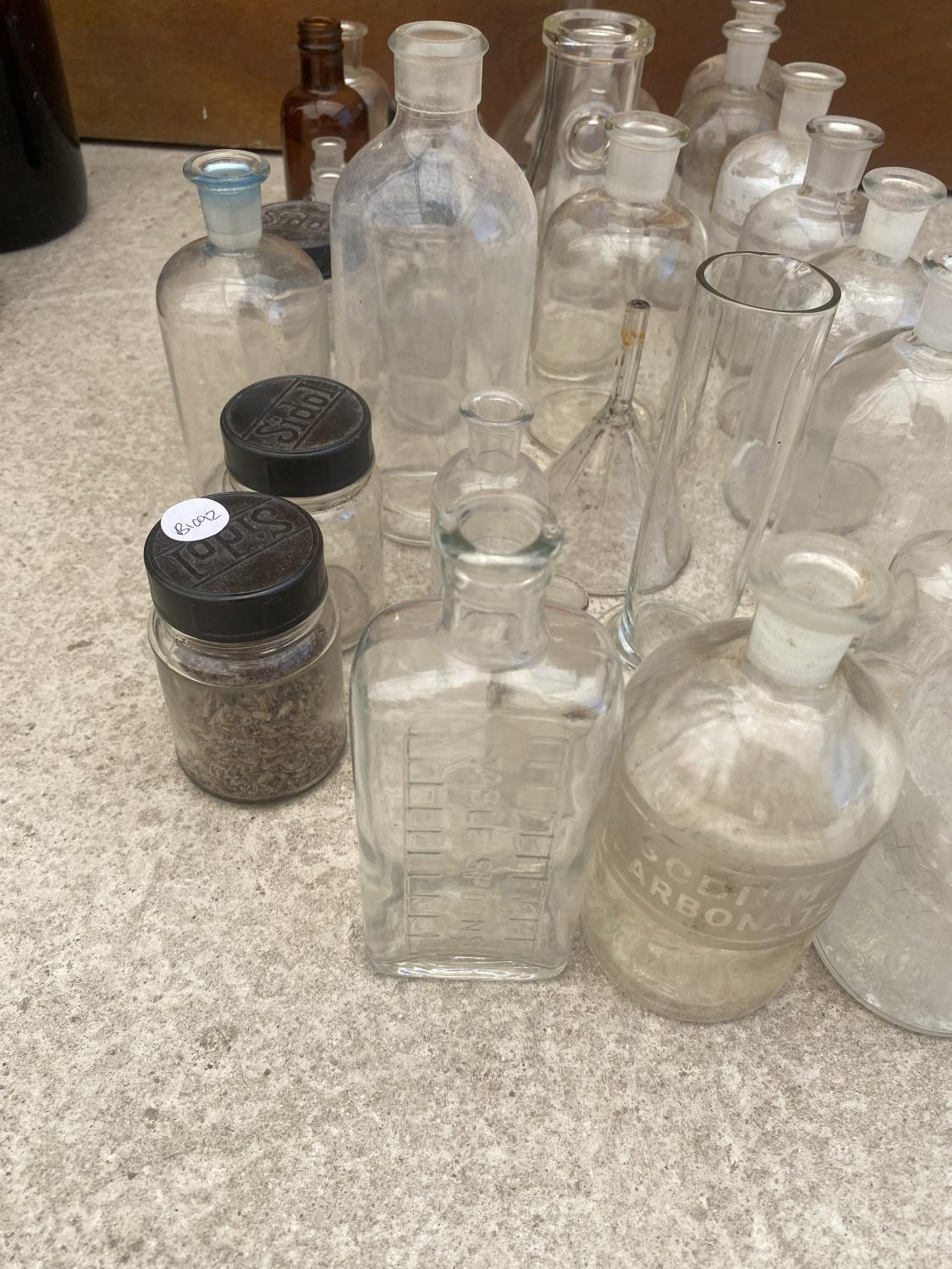 AN ASSORTMENT OF GLASS LAB BOTTLES AND JARS - Image 2 of 5