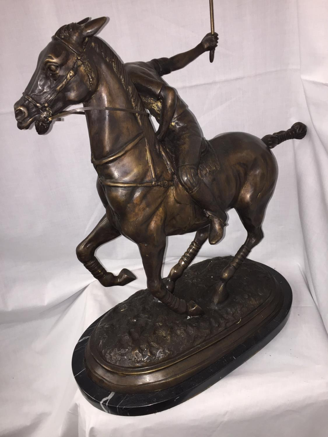 A LARGE BRONZE STATUE OF A POLO PLAYER ON A MARBLE BASE 54CM LENGTH (TAIL TO NOSE) X 60CM HEIGHT - Image 3 of 4