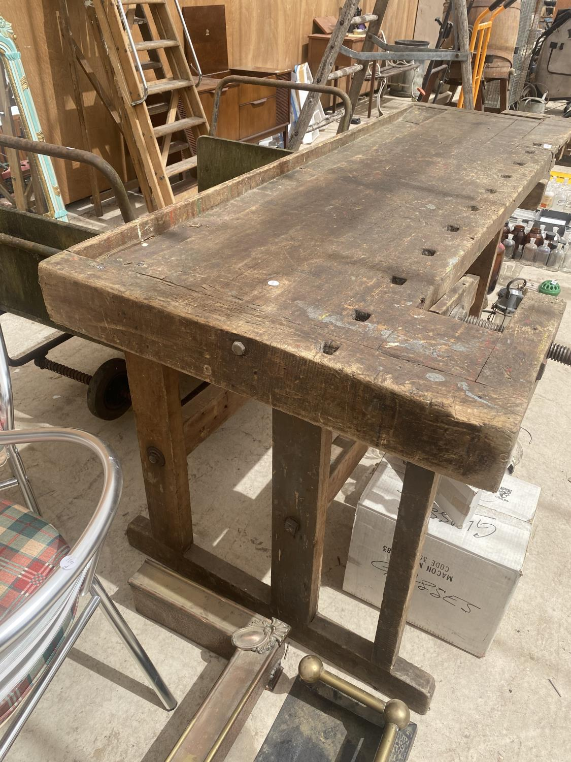 A LARGE VINTAGE WORK BENCH WITH A BENCH VICE - Image 4 of 5