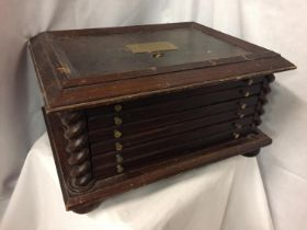 A SIX DRAWER MAHOGANY 'THE MEDALLIC HISTORY OF BRITAIN' MEDAL COLLECTORS STORAGE/DISPLAY CHEST