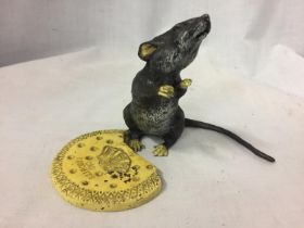 A COLD PAINTED BRONZE RAT FIGURINE EATING A BISCUIT H: 13CM