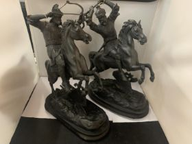 A PAIR OF MARLEY KNIGHT FIGURES ON HORSEBACK MOUNTED ON WOODEN PLINTHS, APPROX 47CM HEIGHT
