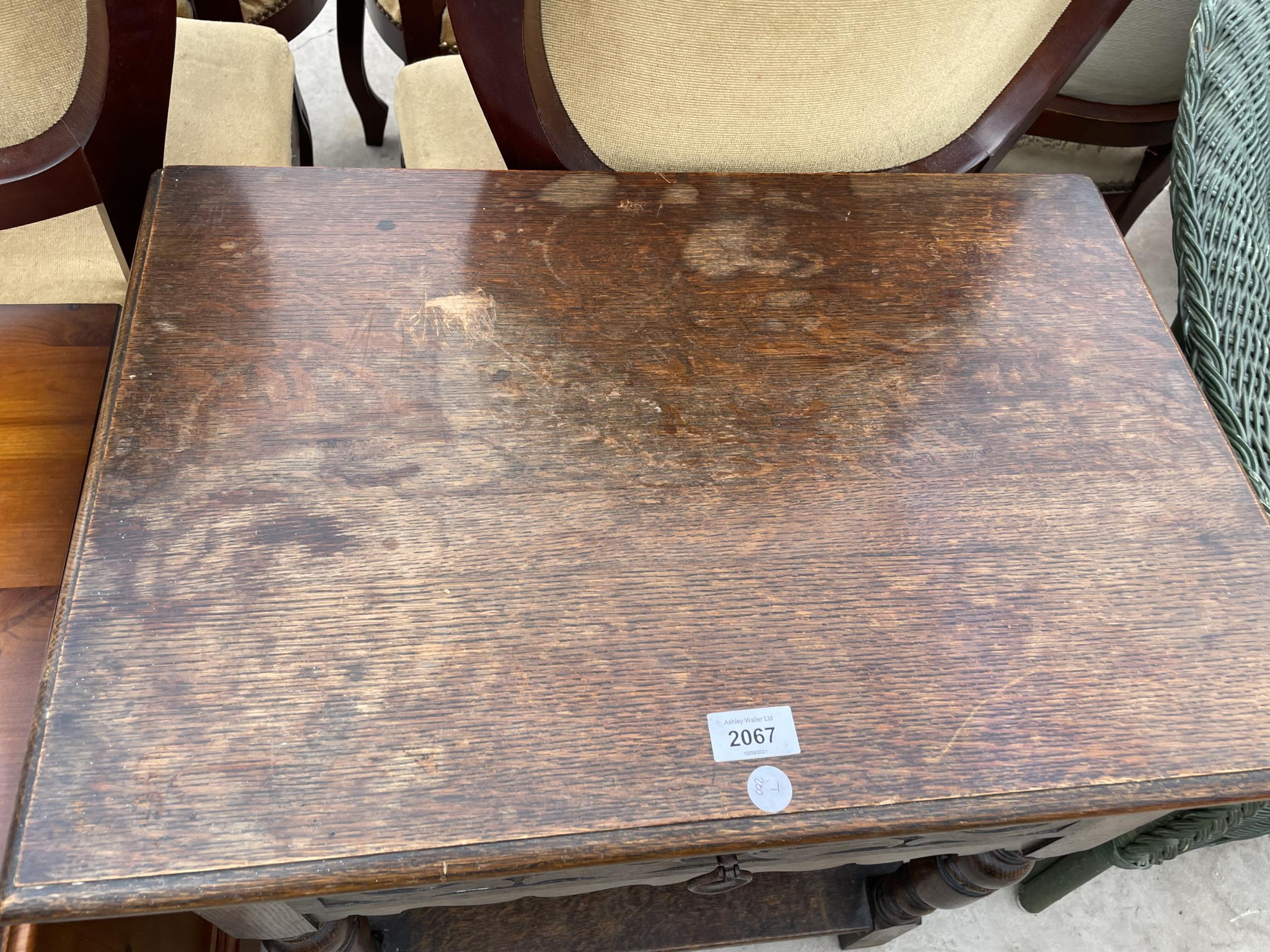 A SMALL OAK JACOBEAN STYLE TABLE WITH SINGLE DRAWER - Image 2 of 3