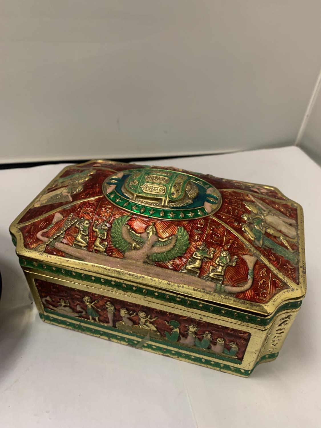 AN ORNATE LIDDED JEWELLERY BOX AND A FURTHER LIDDED TRINKET BOWL - Image 2 of 3
