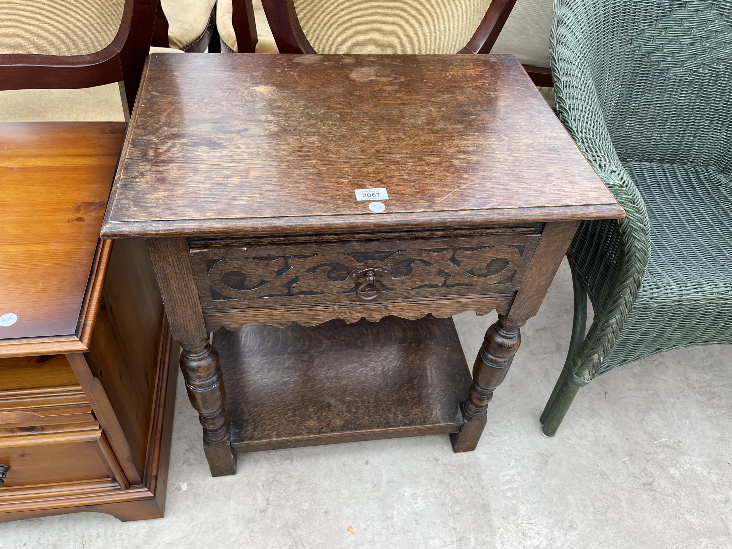 A SMALL OAK JACOBEAN STYLE TABLE WITH SINGLE DRAWER