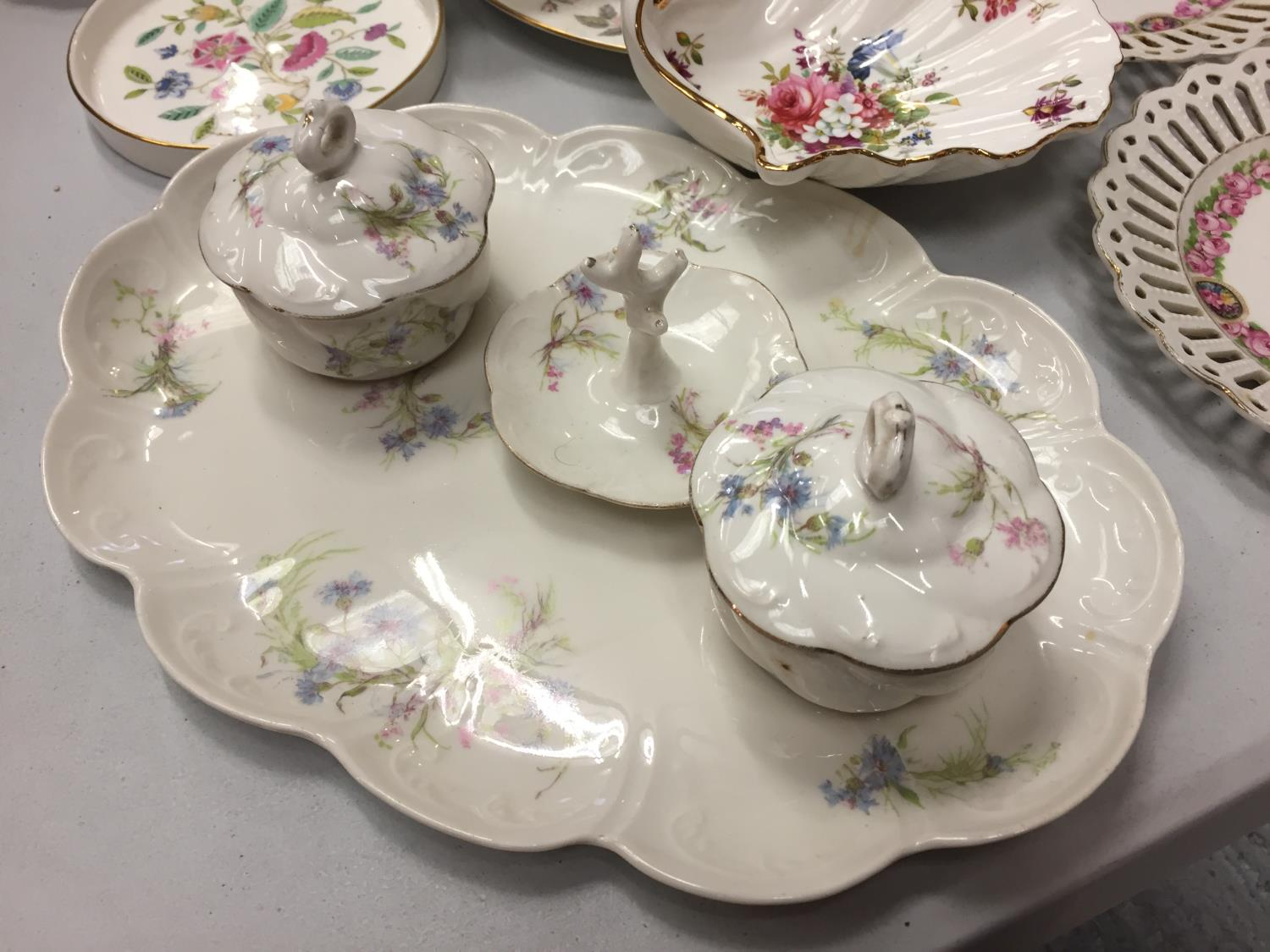 A MIXED COLLECTION TO INCLUDE SPODE AND MINTON TRINKET DISHES , A DRESSING TABLE SET OF FLOWER - Image 2 of 6