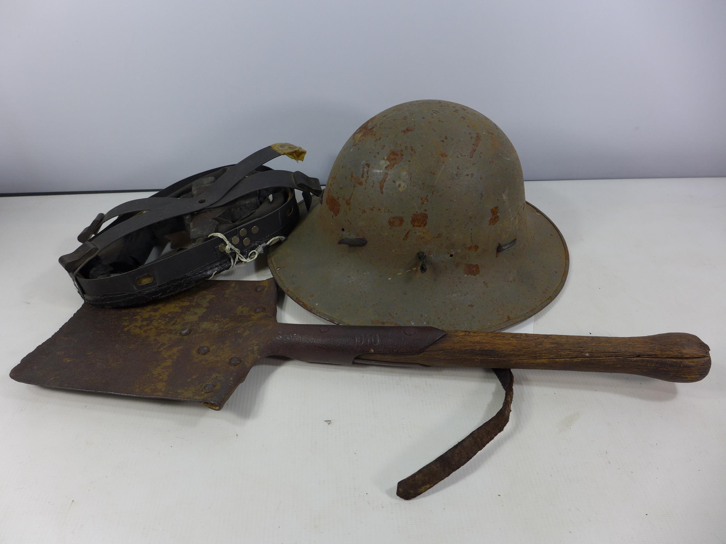 A WORLD WAR II ENTRENCHING TOOL DATED 1940, LENGTH 53CM, AND A GREY PAINTED MILITARY HELMET DATED
