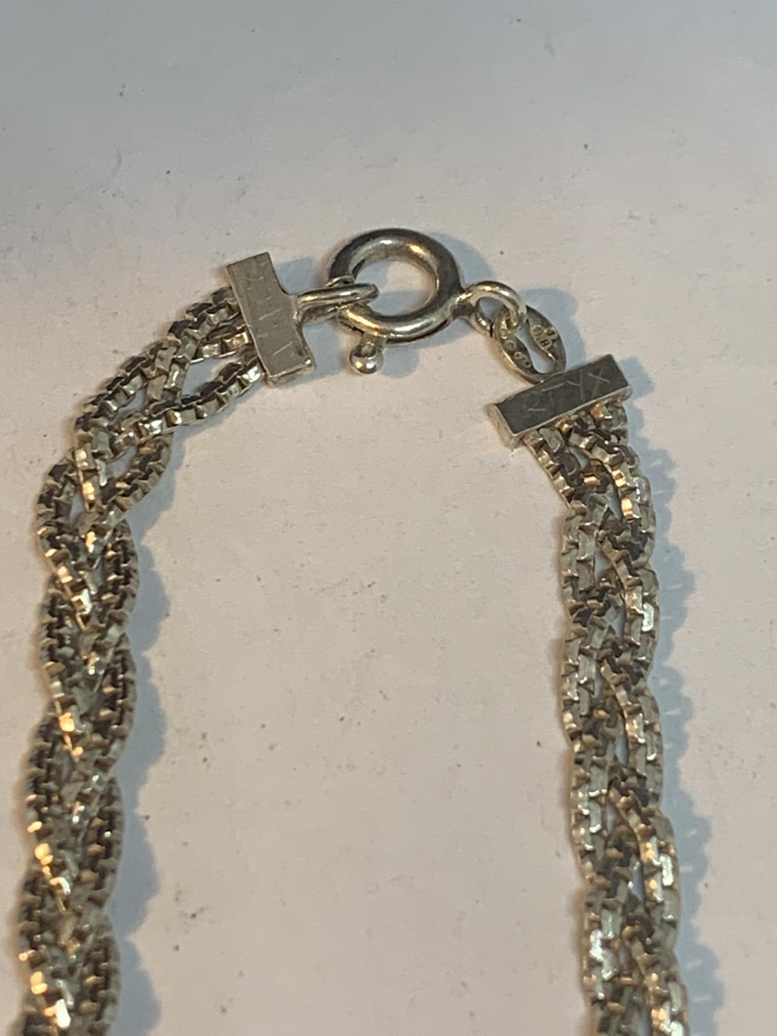 A SILVER TWISTED NECKLACE 16 INCHES LONG - Image 3 of 3