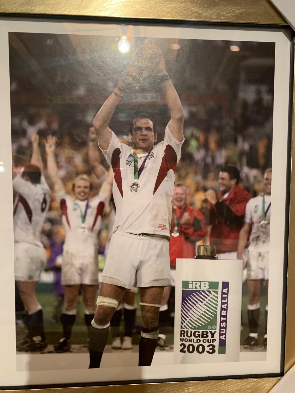 A FRAMED PRINT OF RUGBY WORLD CUP WINNERS 2003 - Image 7 of 8