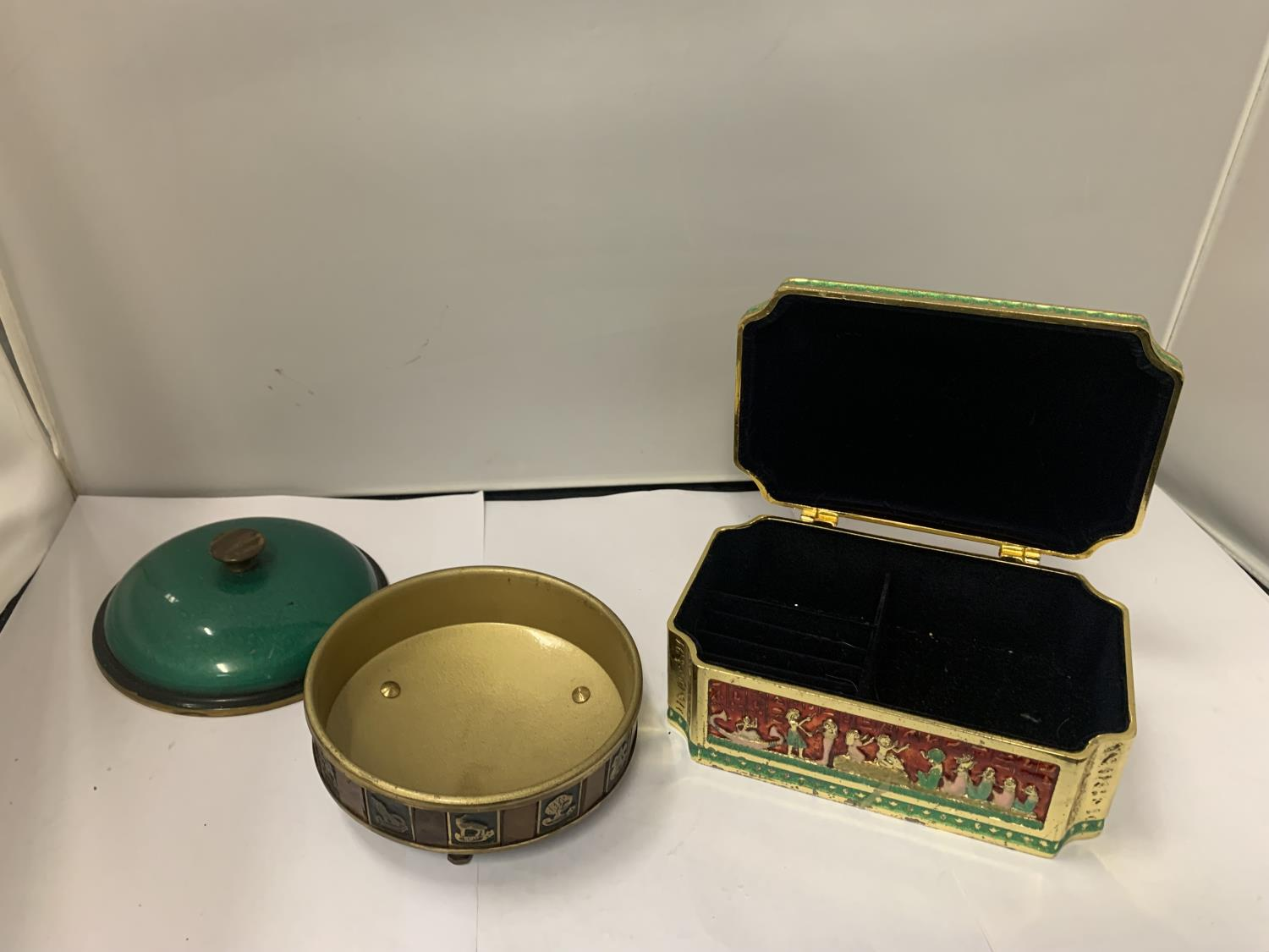 AN ORNATE LIDDED JEWELLERY BOX AND A FURTHER LIDDED TRINKET BOWL - Image 3 of 3