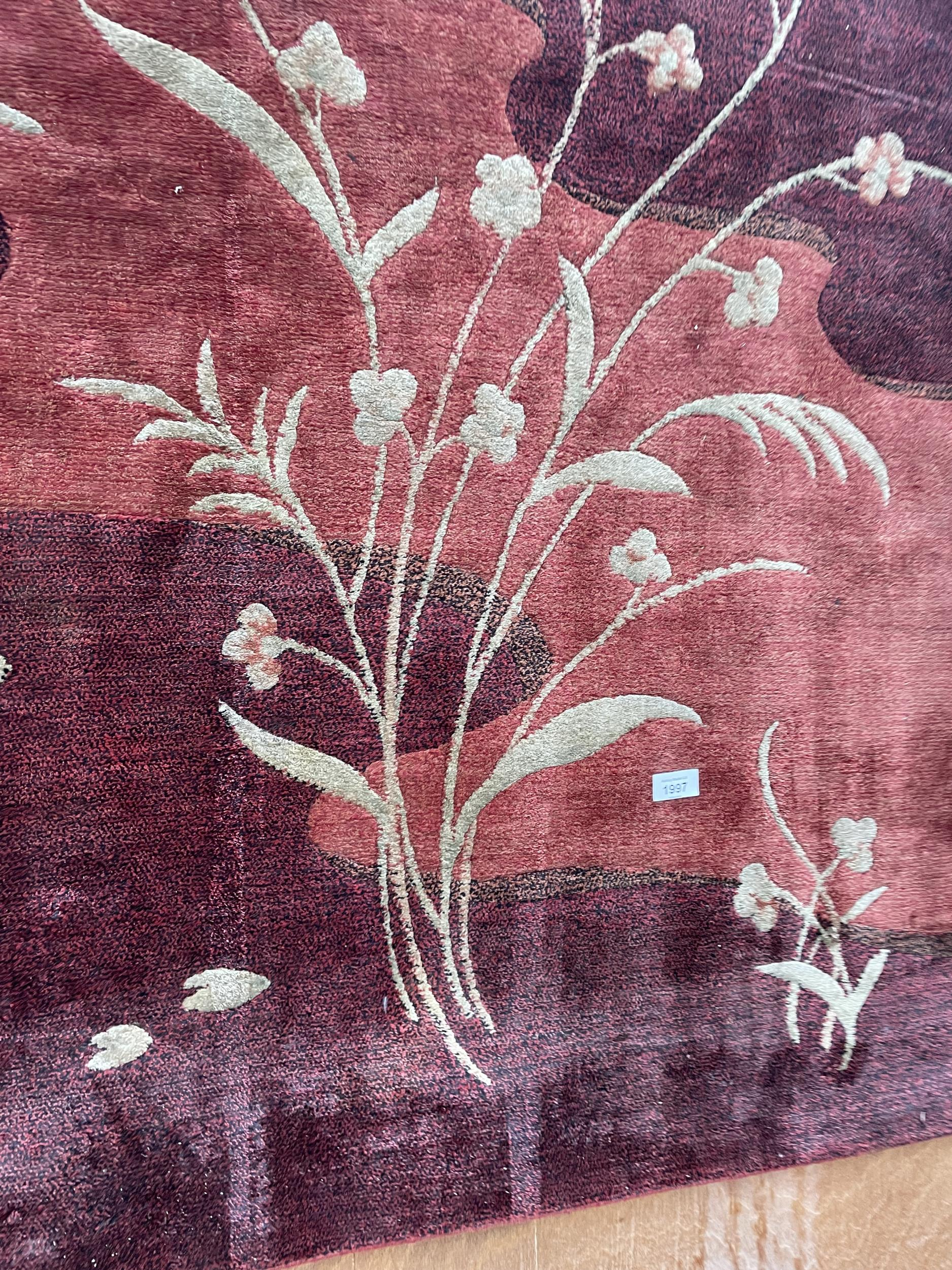 A LARGE MODERN RED PATTERNED RUG - Image 3 of 3