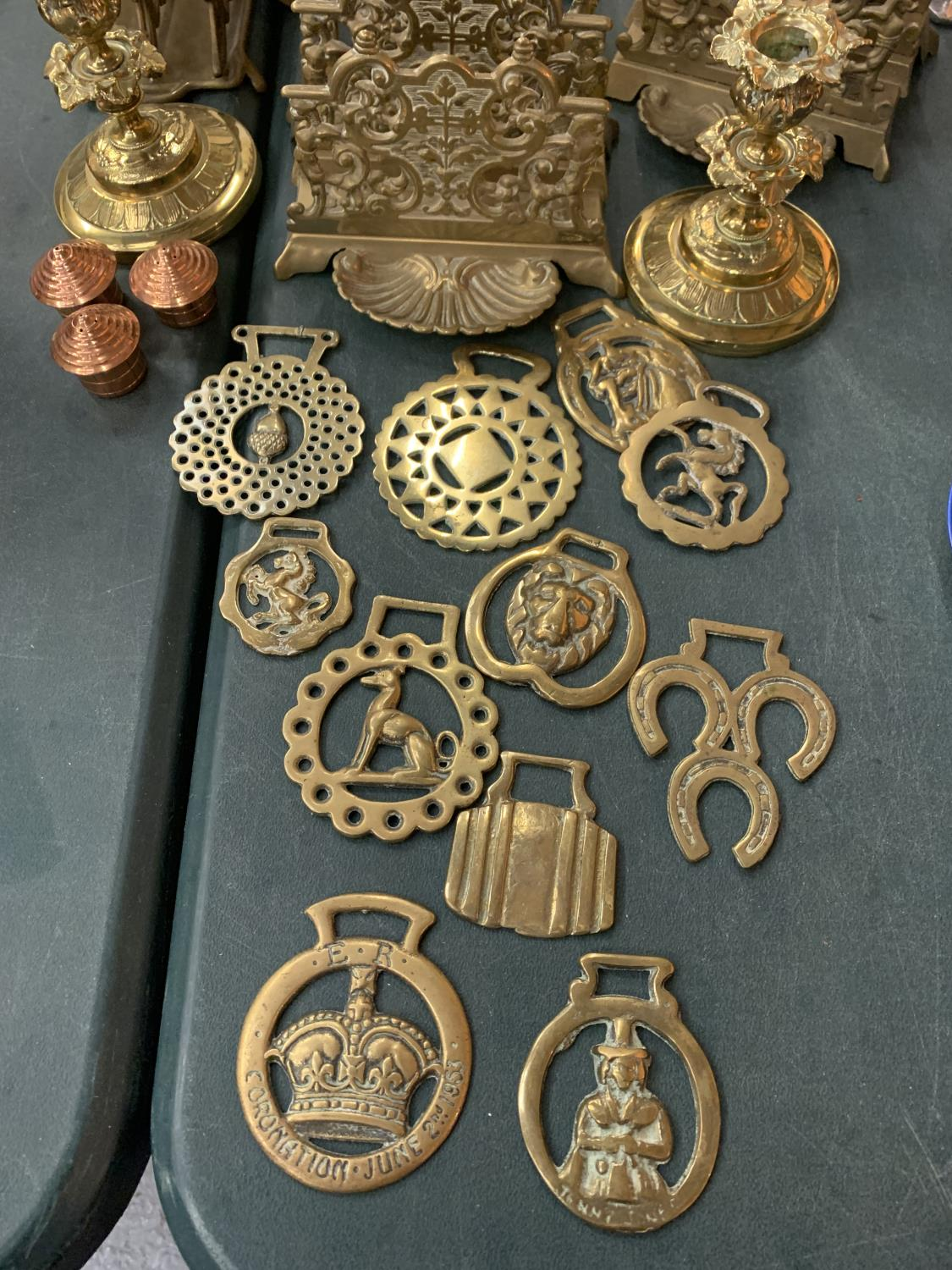 A VINTAGE COLLECTION OF BRASS ITEMS TO INCLUDE THREE LETTER RACK HOLDERS , SIX CANDLE STICK - Image 2 of 4