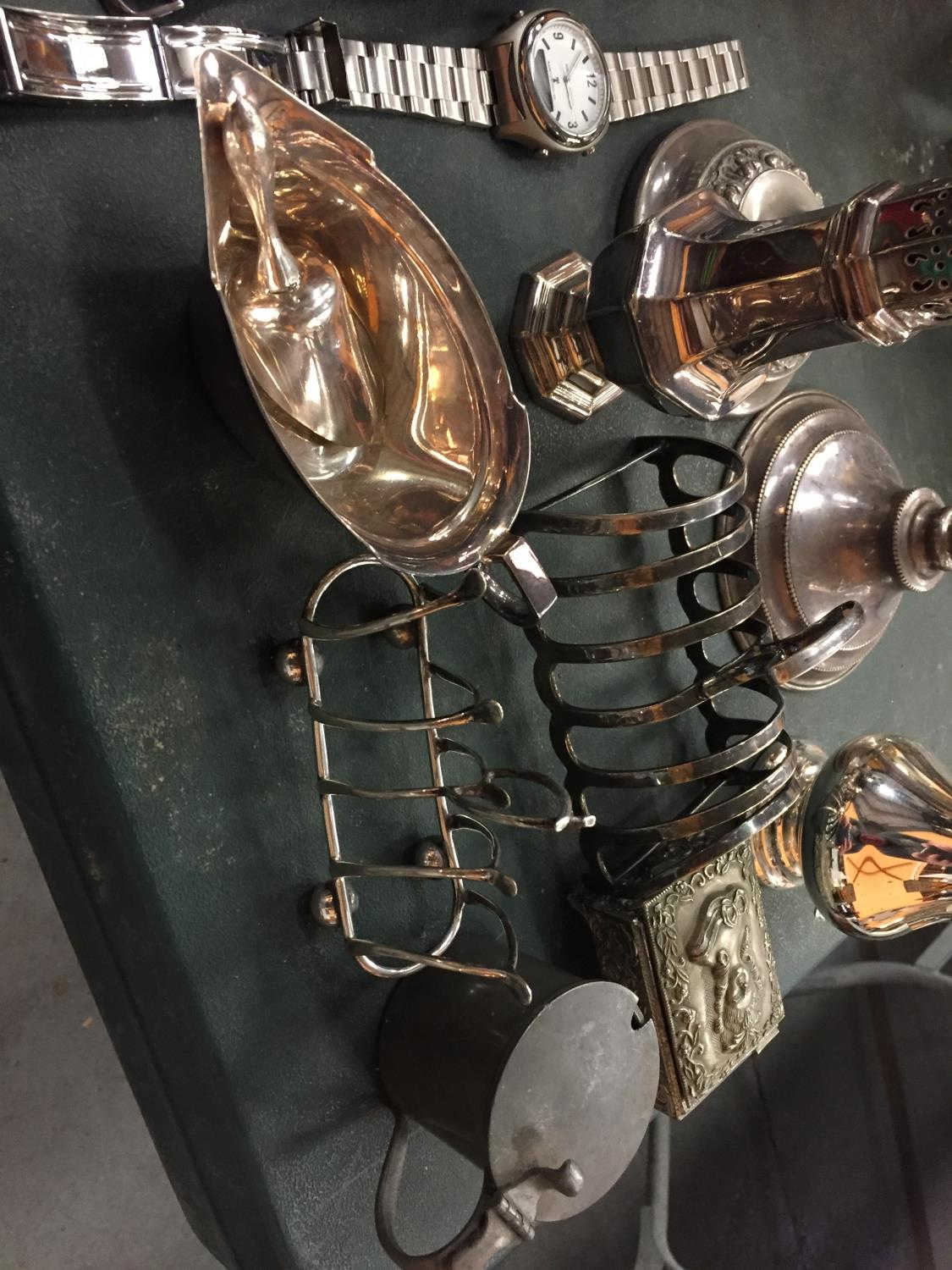 A MIXED SELECTION OF SILVER PLATED ITEMS TO INCLUDE TWO TOAST RACKS, CANDLESTICKS ETC - Image 3 of 3