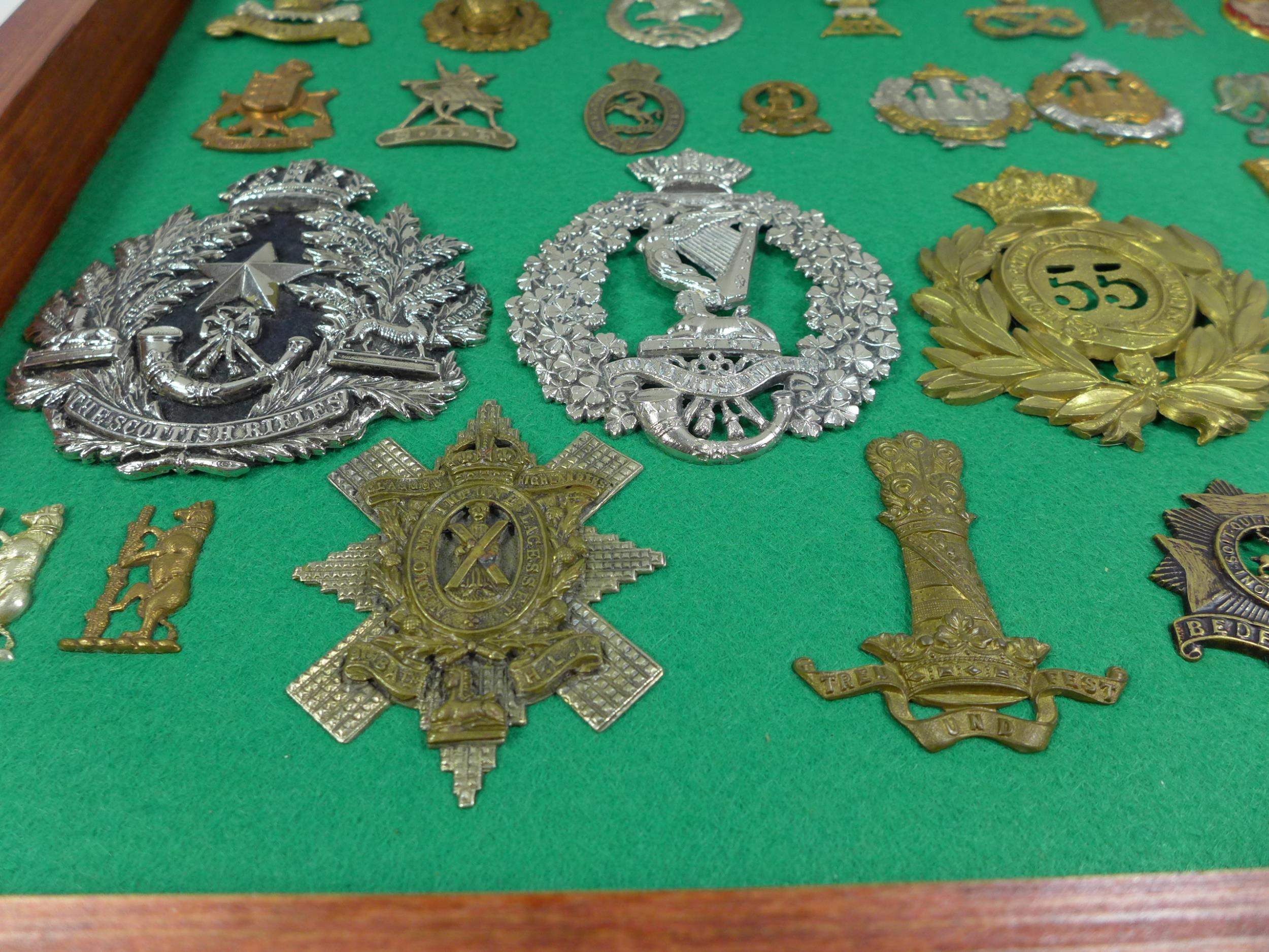 A GLAZED DISPLAY CASE CONTAINING THIRTY FIVE BRITISH MILITARY BADGES, 33CM X 49CM - Image 2 of 6