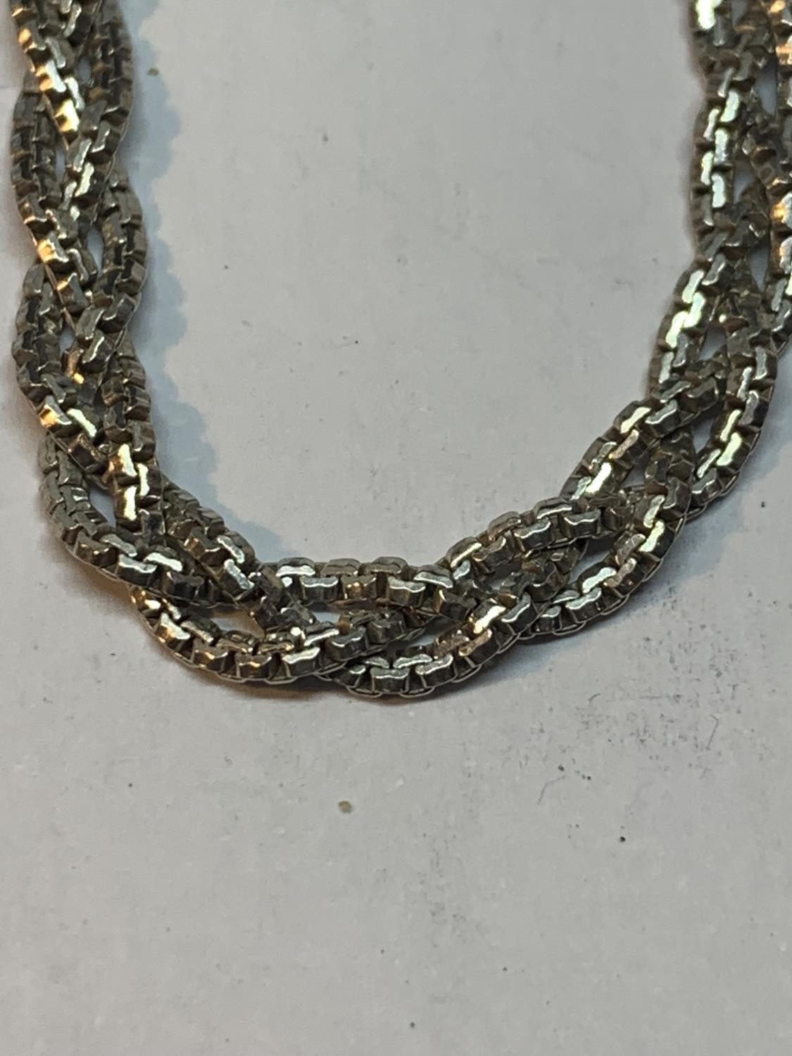 A SILVER TWISTED NECKLACE 16 INCHES LONG - Image 2 of 3
