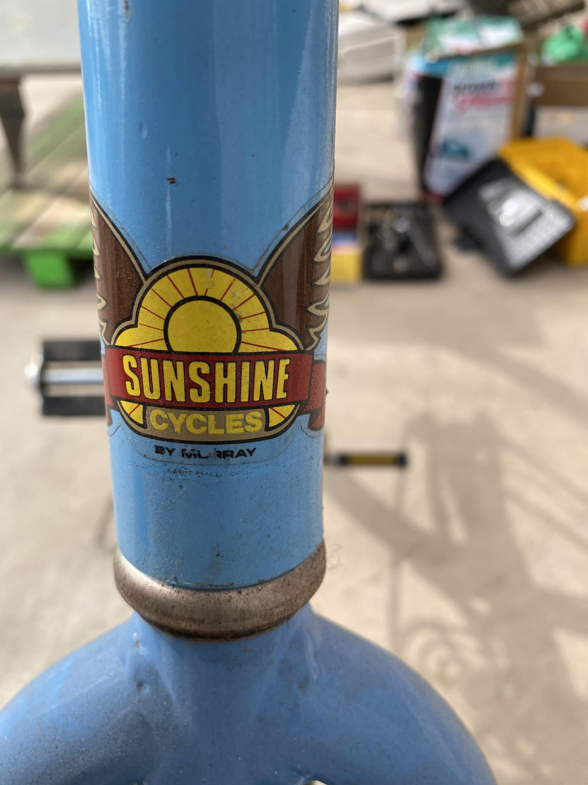 A VINTAGE MURRAY BICYCLE WITH THE SERIAL NUMBER M025022 39 - Image 2 of 5