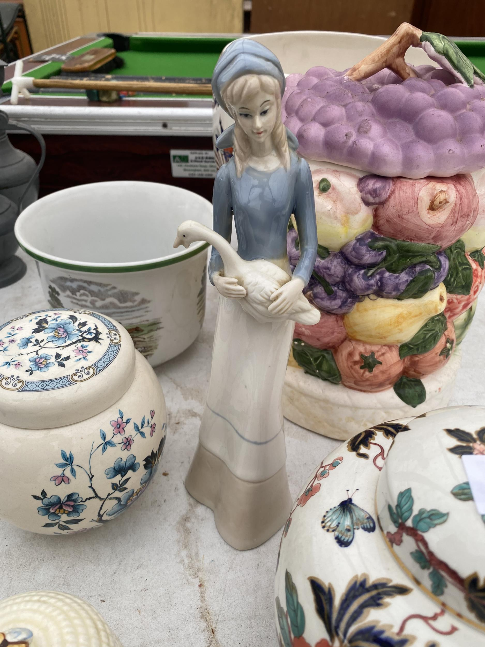 AN ASSORTMENT OF CERAMIC WARE TO INCLUDE GINGER JARS AND PLANTERS ETC - Image 2 of 3