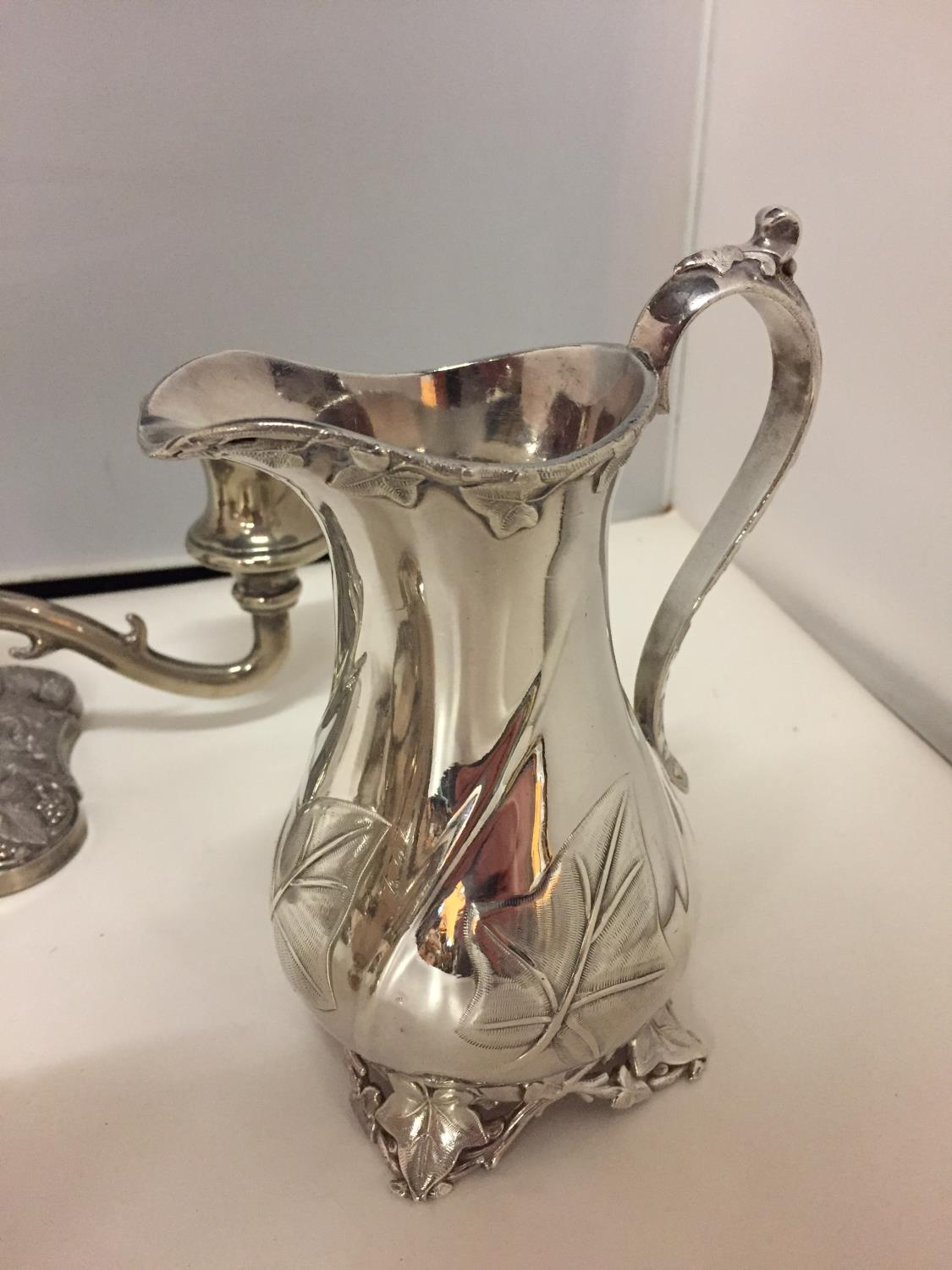 A SELECTION OF SILVER PLATED ITEMS TO INCLUDE A JUG, TWIN HANDLED VESSEL, CANDELABRA ETC - Image 7 of 10