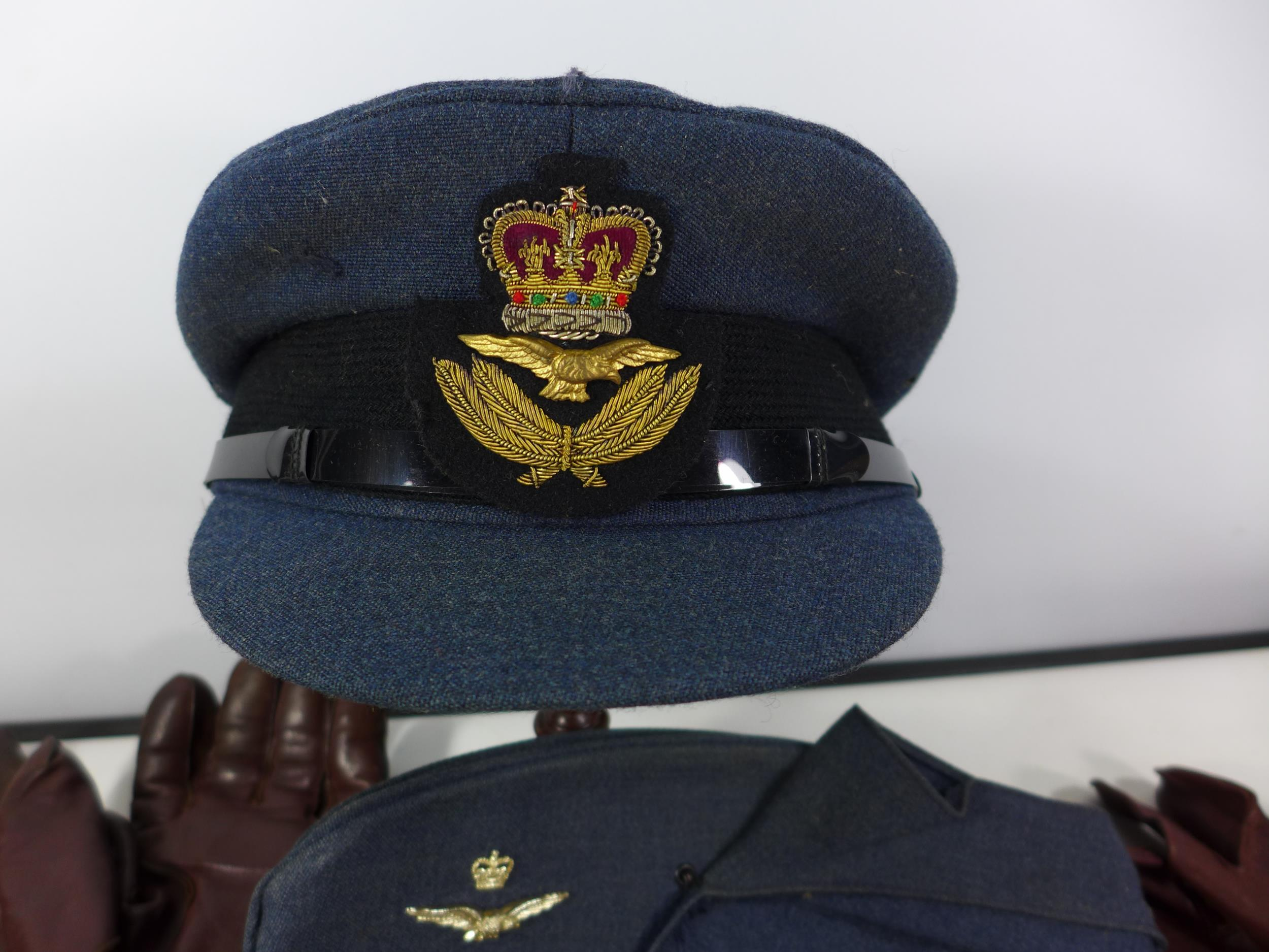 A COLLECTION OF RAF MEMORABILIA COMPRISING CAP, GLOVES, BELTS, FLASHES ETC - Image 2 of 6