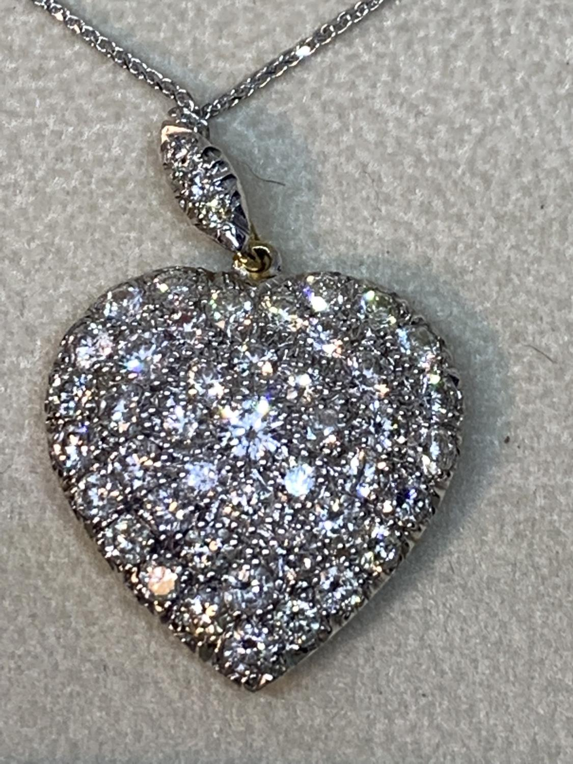A 15 CARAT WHITE AND YELLOW GOLD LARGE DIAMOND ENCRUSTED HEART PENDANT WITH CHAIN LENGTH 44CM IN A - Image 7 of 8