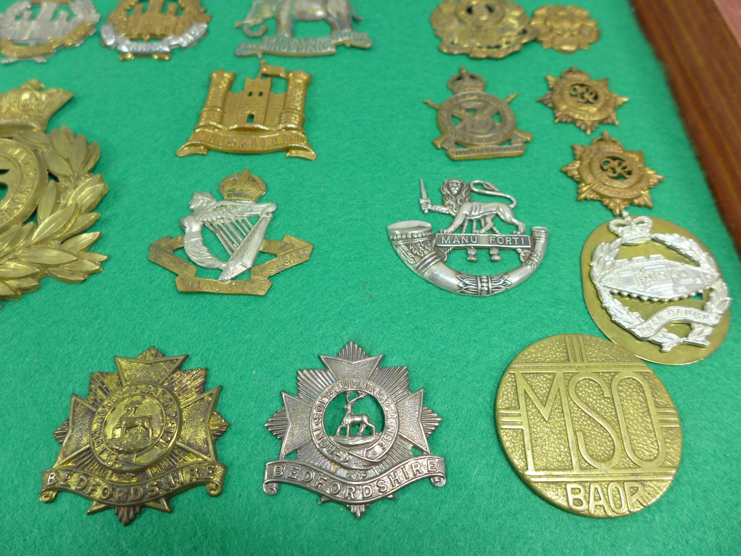 A GLAZED DISPLAY CASE CONTAINING THIRTY FIVE BRITISH MILITARY BADGES, 33CM X 49CM - Image 4 of 6