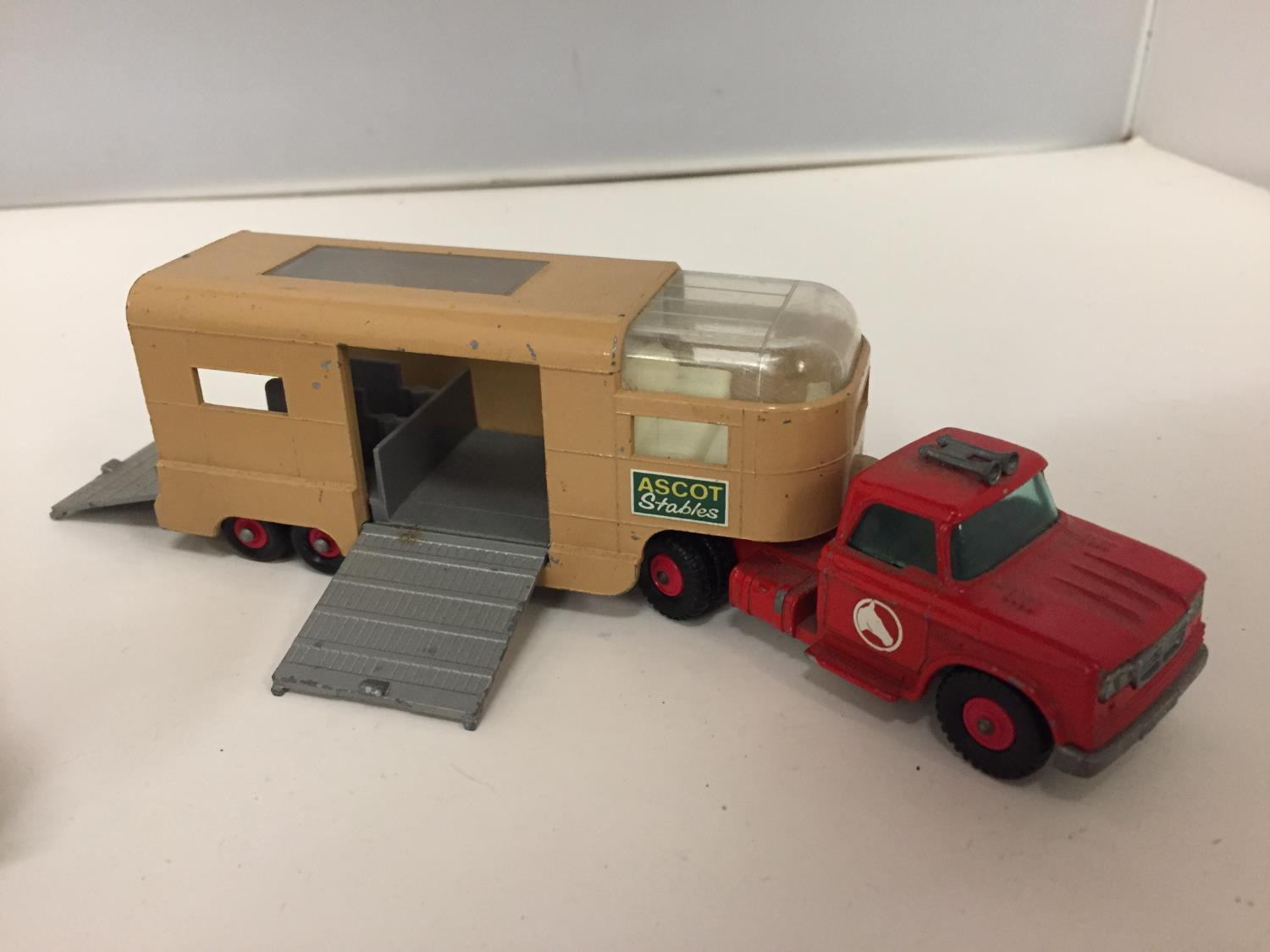 A DINKY MODEL MUIR-HILL DUMPER NO.562 1949-1954 AND A MATCH BOX KINGSIZE ARTICULATED HORSE VAN - Image 3 of 5