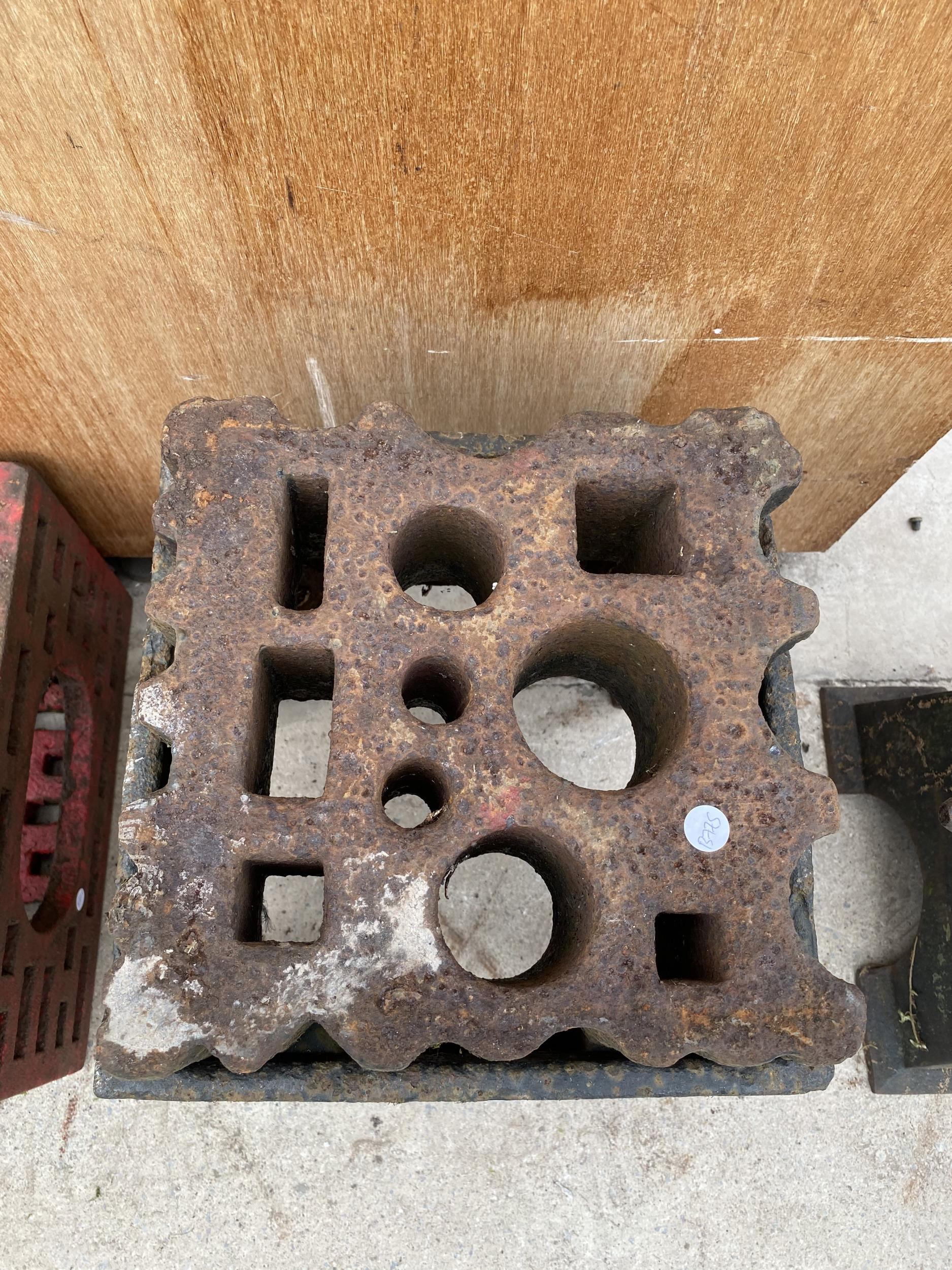 A LARGE VINTAGE SWAGE BLOCK WITH HEAVY CAST IRON STAND - Image 2 of 7