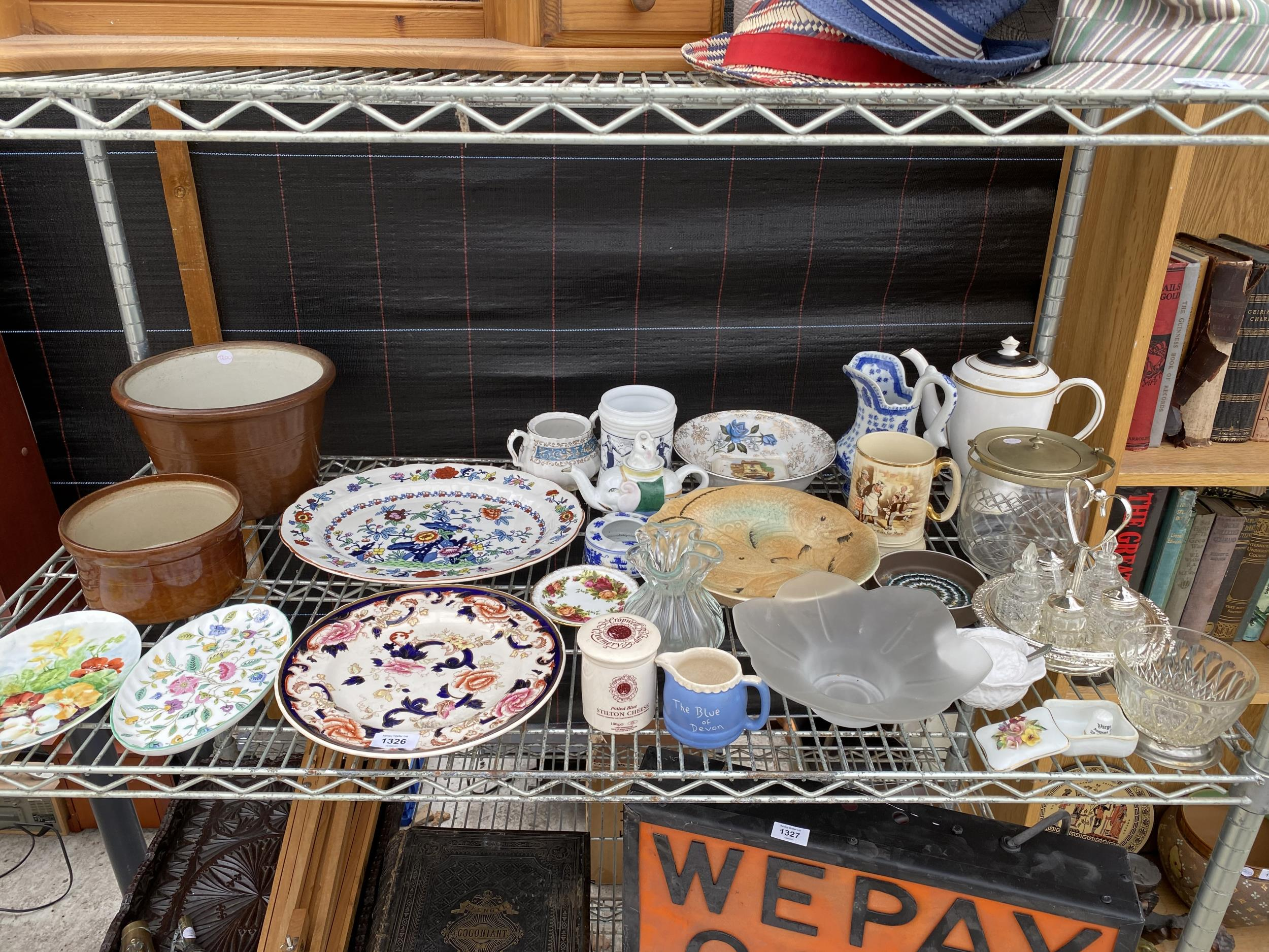 AN ASSORTMENT OF CERAMIC AND GLASS WARE TO INCLUDE PLATES, A CRUET SET WITH STAND AND CERAMIC JUGS
